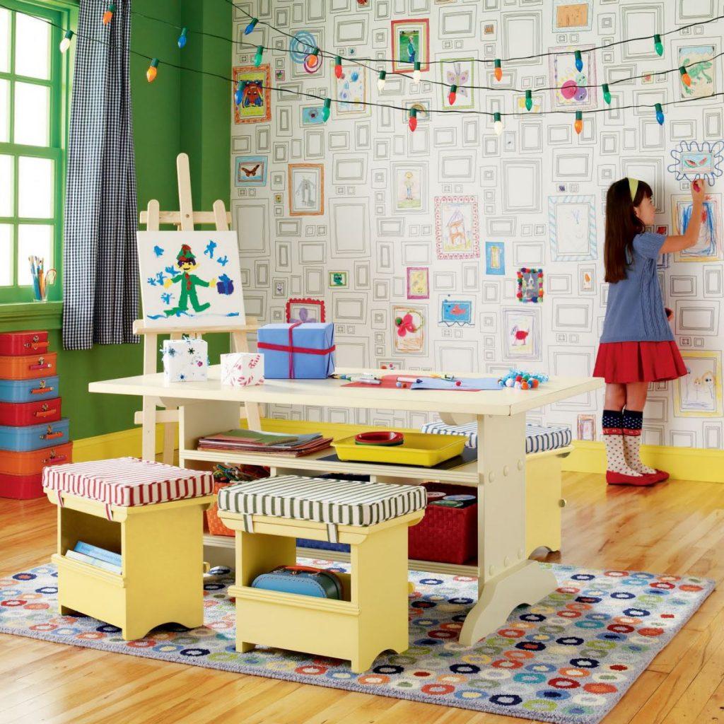 Papier peint à colorier dans la chambre de la petite fille