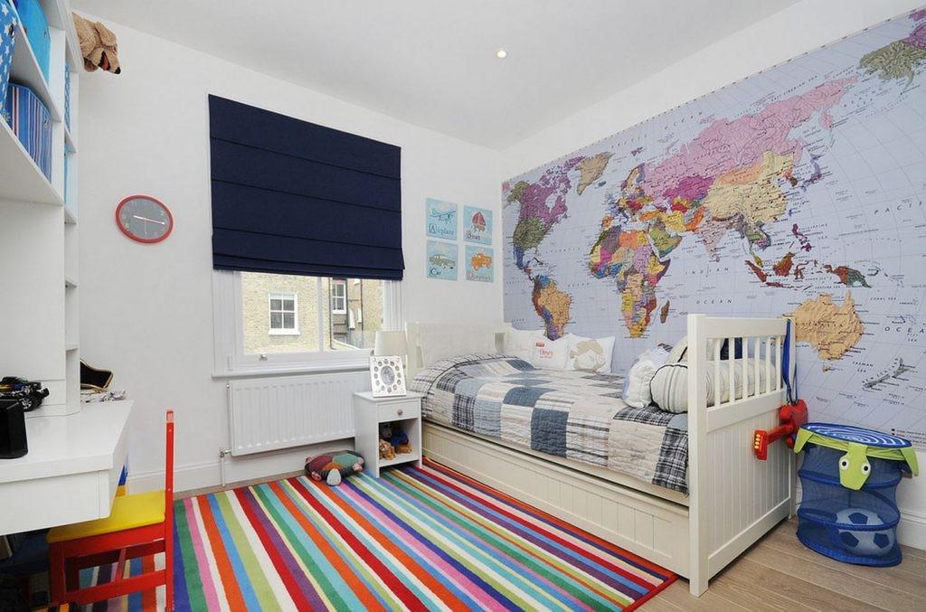 Carte politique du monde sur le mur d'une chambre d'enfant