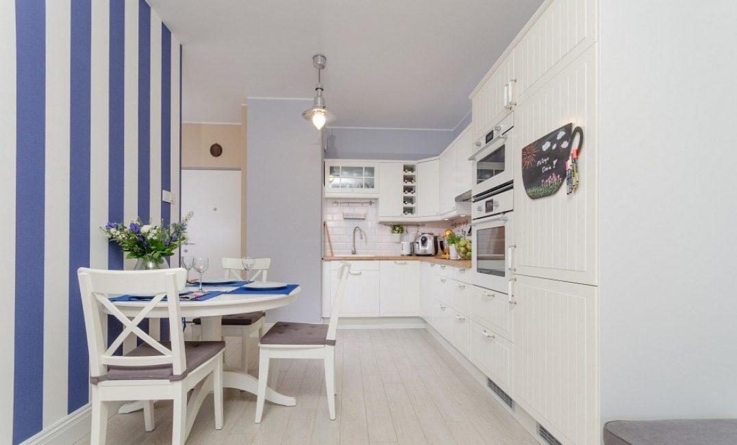 papier peint à rayures pour une petite cuisine