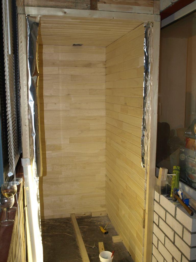 Doublure en pin comme décoration murale d'un sauna de balcon