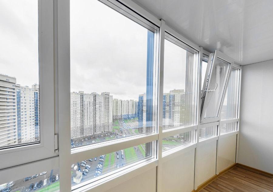 Fenêtres à triple vitrage sur le balcon isolé