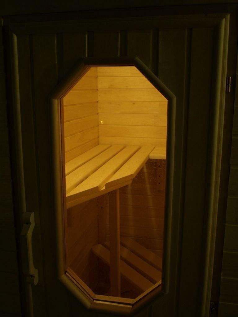 Fenêtre dans la porte du sauna balcon