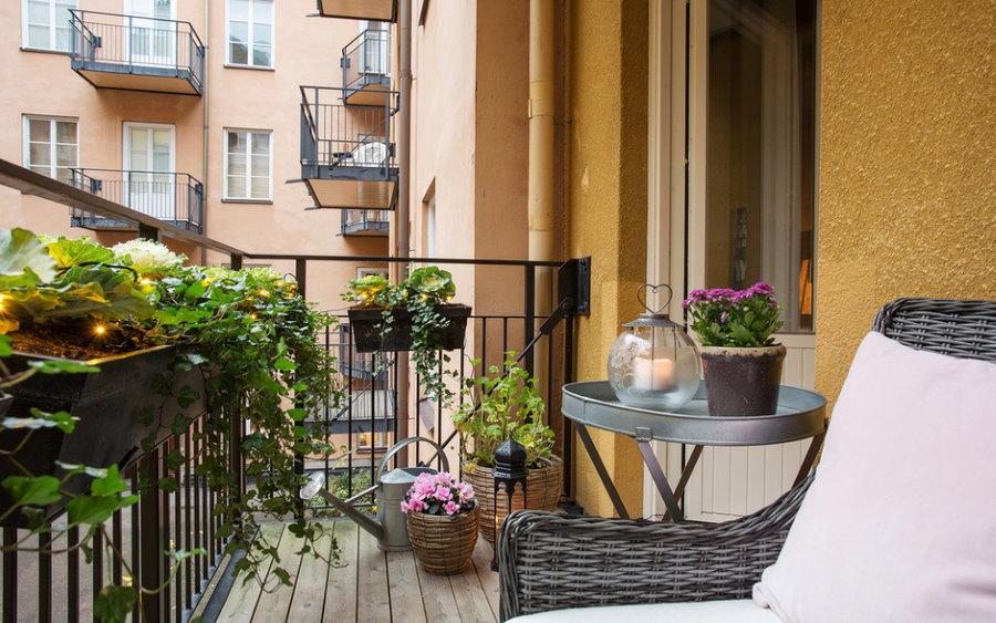 Intérieur d'un balcon ouvert dans un appartement de deux pièces