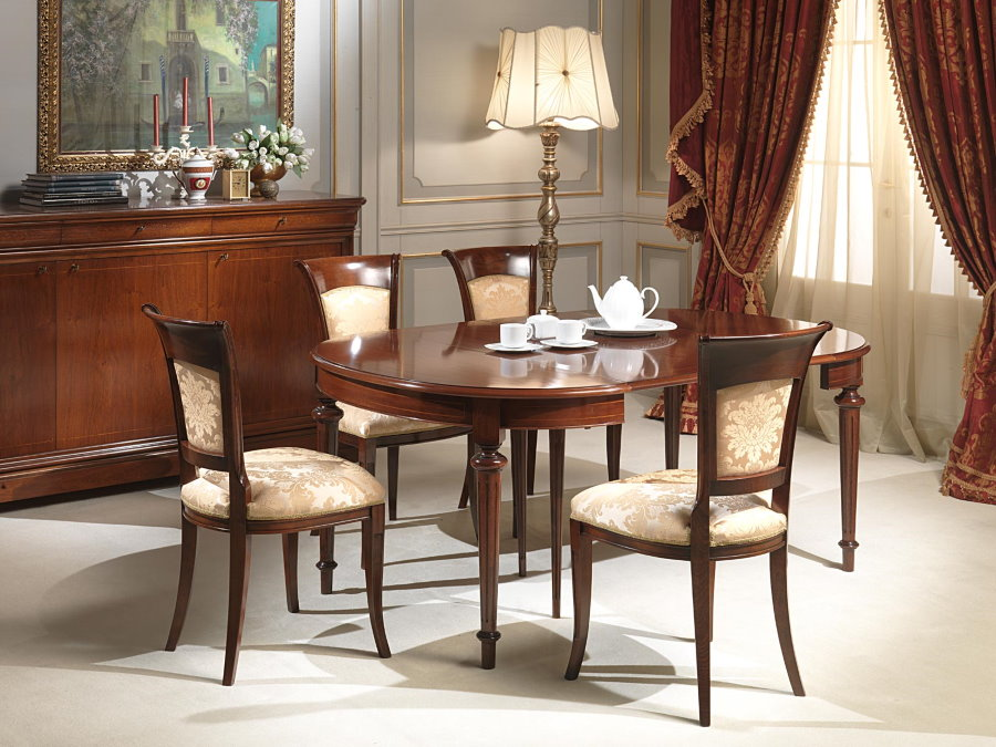 Table ovale pliante dans un salon classique