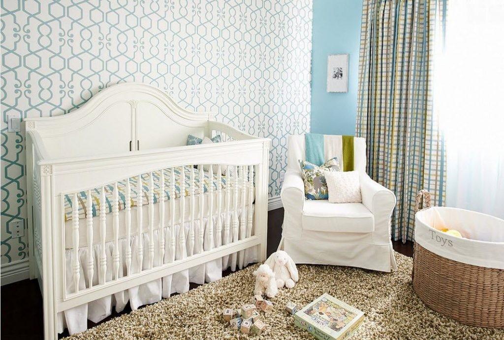 Papier peint clair dans une pièce confortable pour un nouveau-né