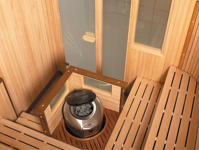 Poêle cheminée dans un sauna miniature sur la loggia