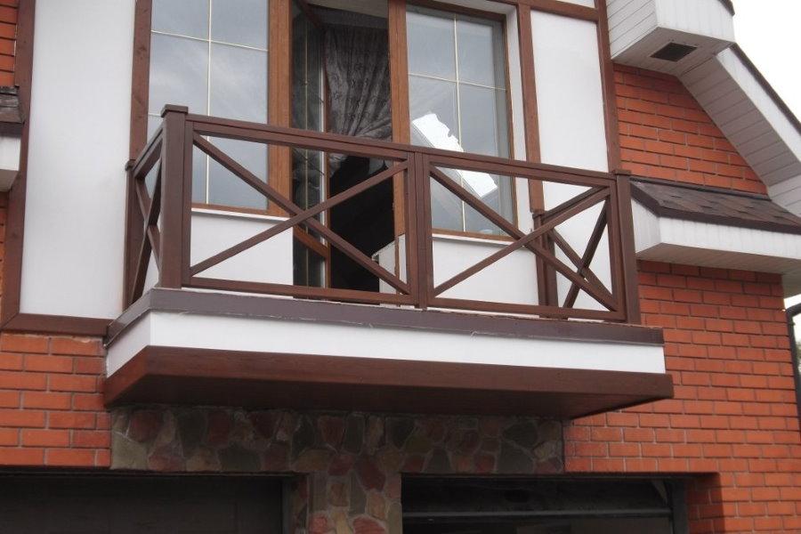 Garde-corps en bois sur le balcon du chalet