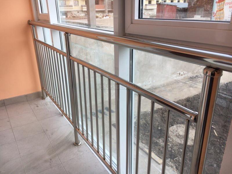 Garde-corps en acier inoxydable sur le balcon avec fenêtres en plastique