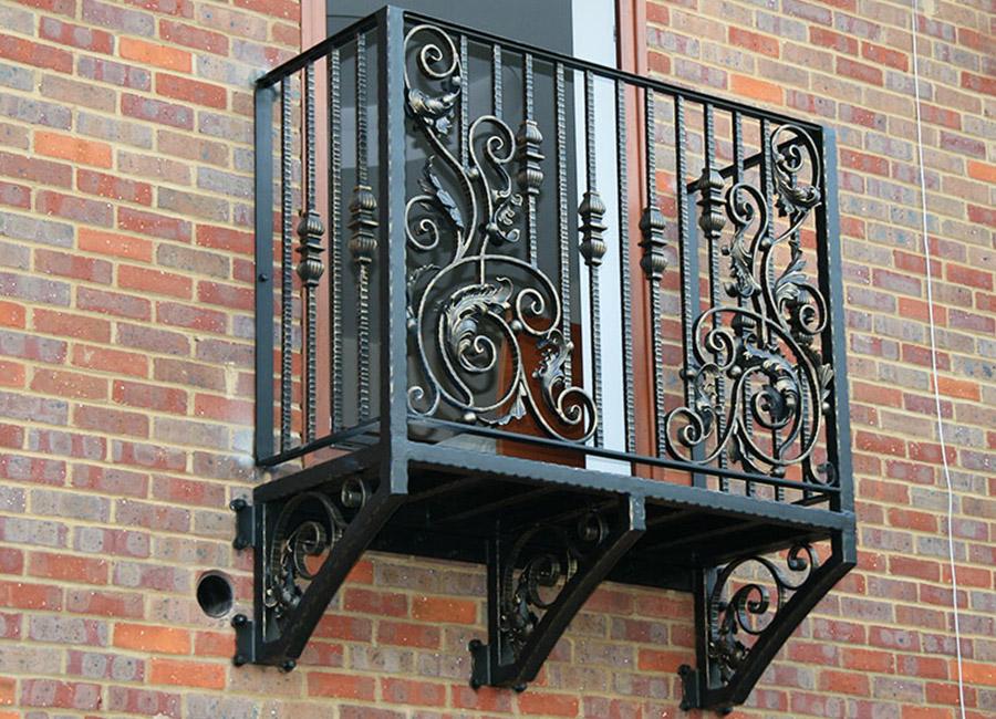 Objets forgés sur la balustrade d'un petit balcon