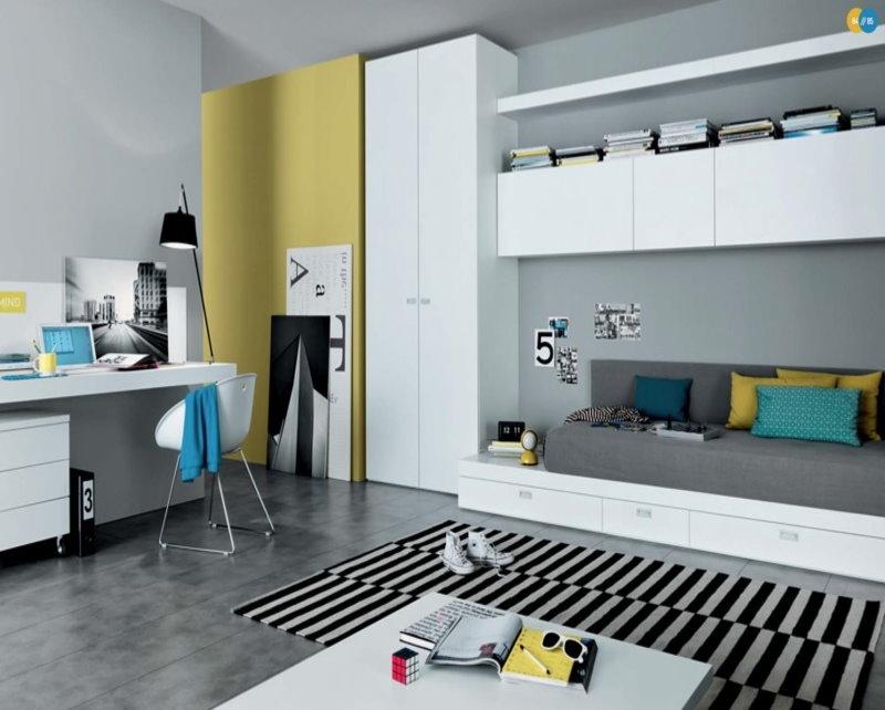 Grande armoire dans la chambre de l'adolescent