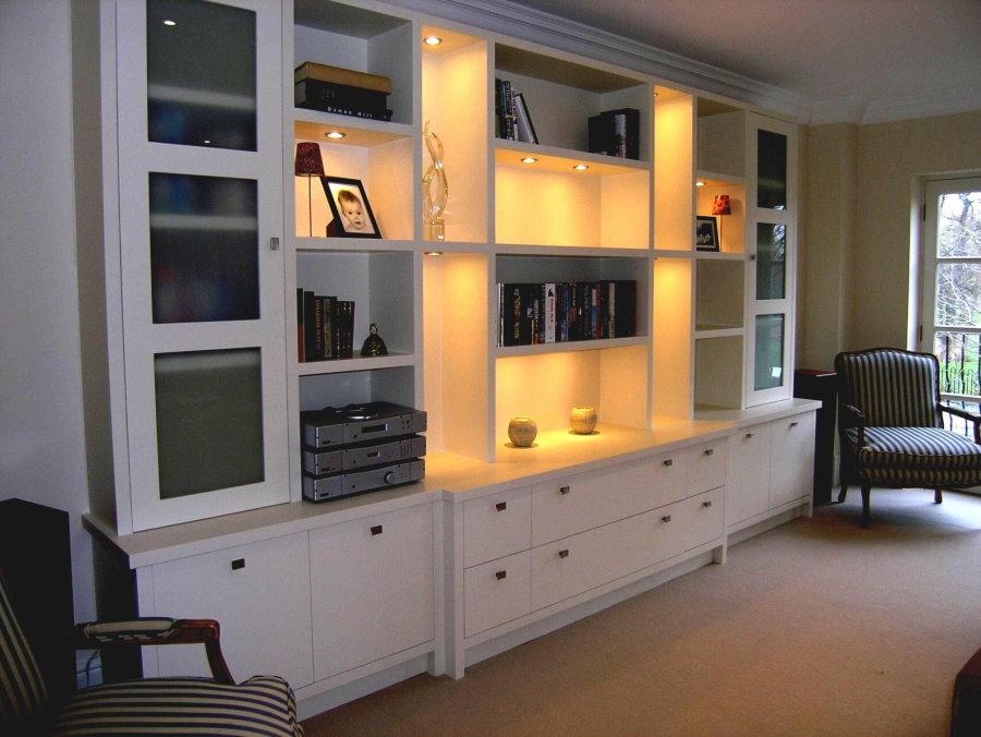 Éclairage d'étagères ouvertes dans le mur pour le salon