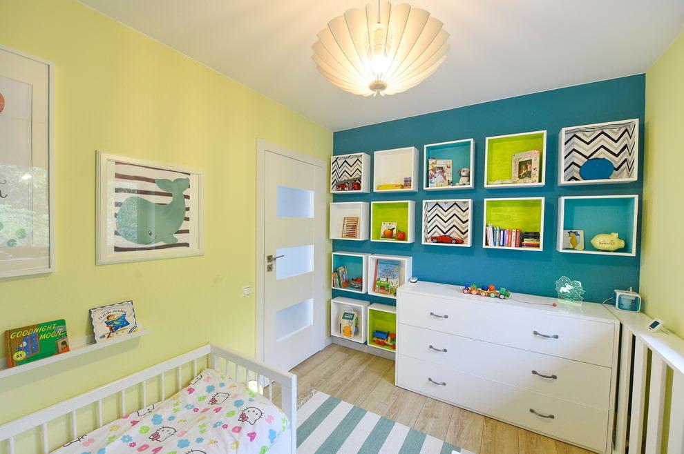 Étagères modulables dans la chambre d'un nouveau-né