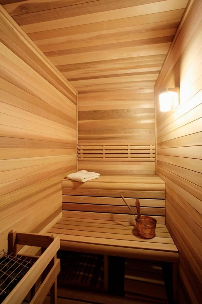 Étagères dans un hammam étroit d'un sauna compact