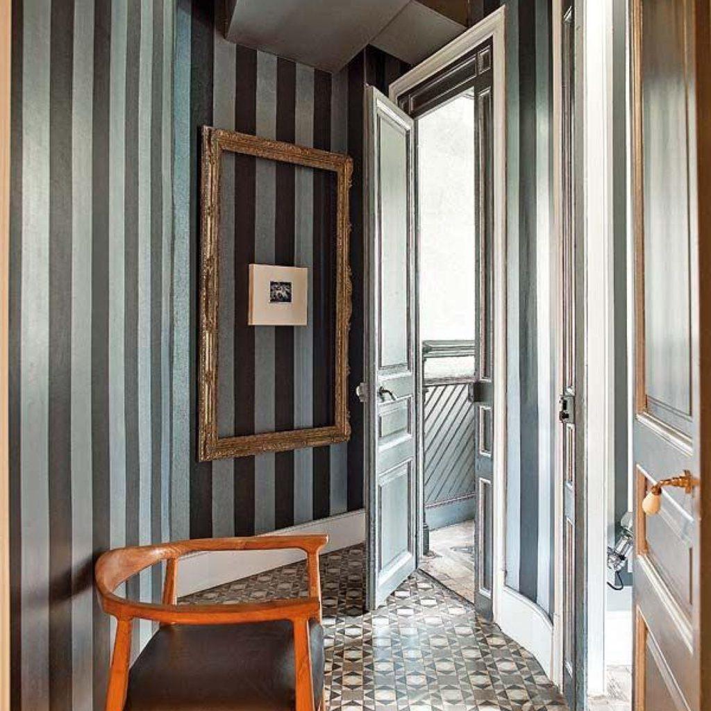 Papier peint à rayures dans un petit couloir