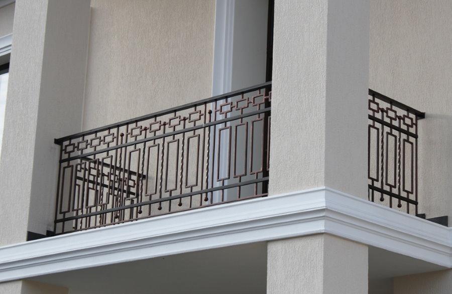 Garde-corps en acier peint droit entre les colonnes de la loggia