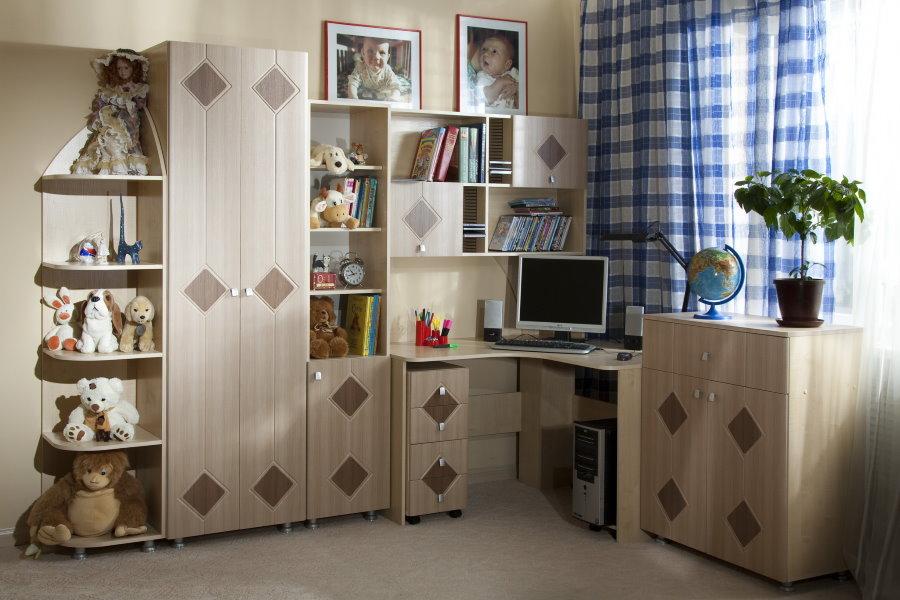 Mur d'angle pour enfants avec armoire et table