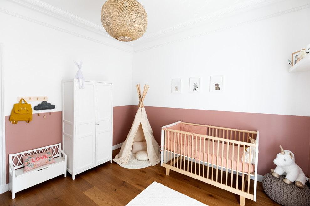 Couleur contrastée des murs dans une pièce avec des meubles blancs