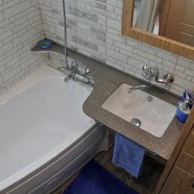 couler sur l'intérieur de la salle de bain