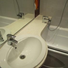 couler sur la photo intérieure de la salle de bain