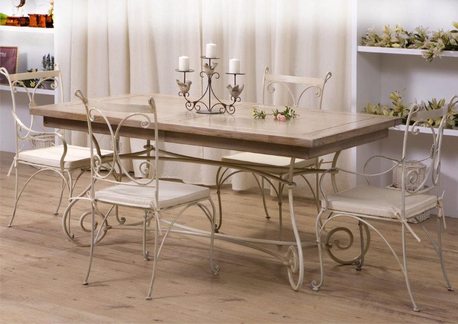 Table pliante à l'intérieur du salon de style provençal