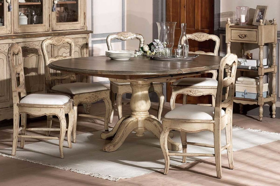Table pliante massive dans un salon de style champêtre