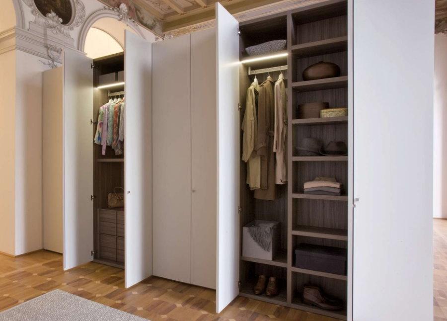 Ouvrez les portes de l'armoire battante dans le couloir