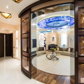 Hall d'une maison de campagne avec portes coulissantes en verre