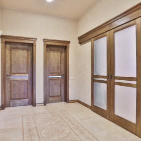 portes en bois de taille moyenne