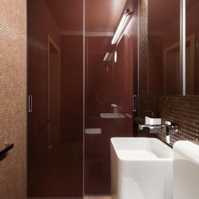 Lavabo blanc dans une petite salle de bain