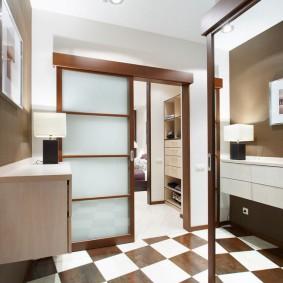 Tuile d'échecs pose dans la salle de bain