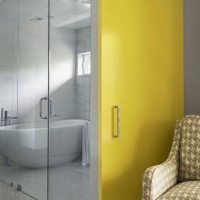 Porte jaune dans une pièce lumineuse