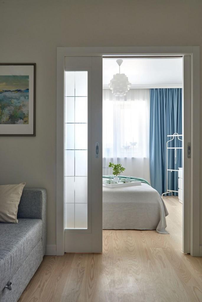 Porte coulissante blanche entre la chambre et le salon