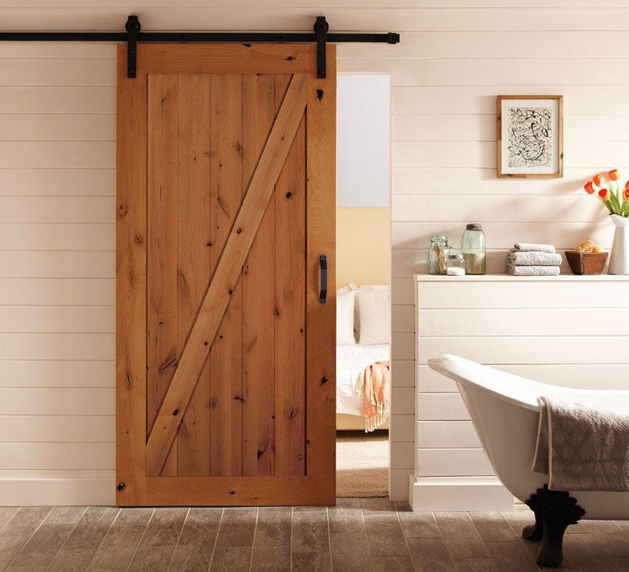 Porte coulissante en bois dans la salle de bain