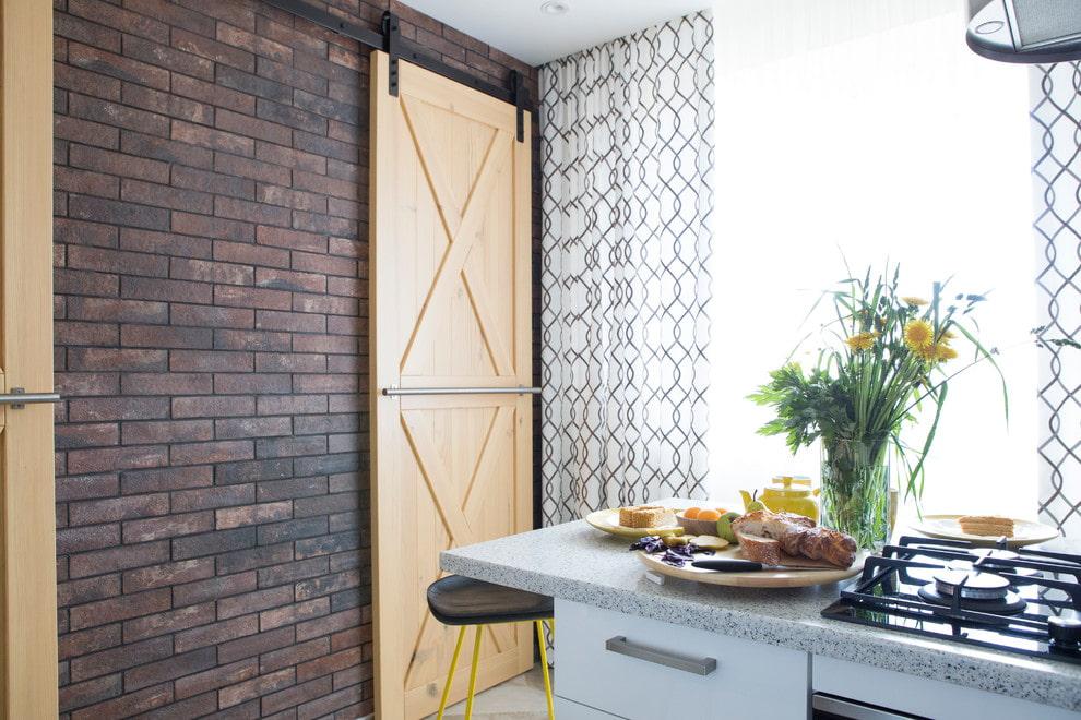 Porte coulissante à l'intérieur d'une cuisine compacte