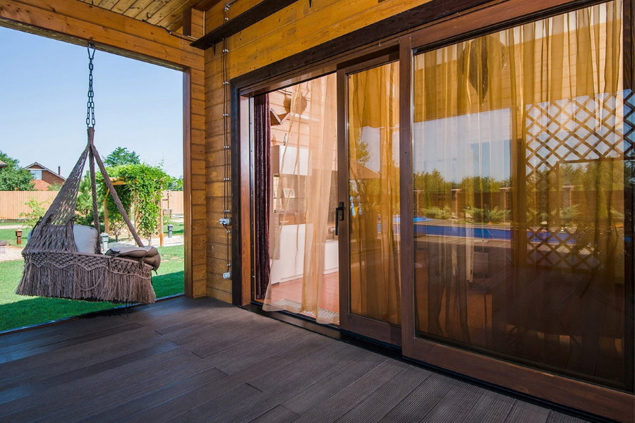 Portes coulissantes sur la terrasse d'une maison privée