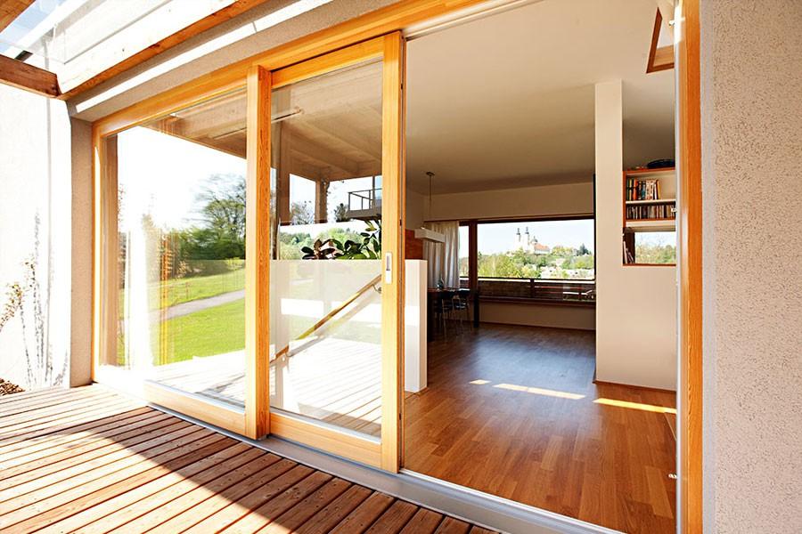 Porte coulissante à portique sur châssis en bois