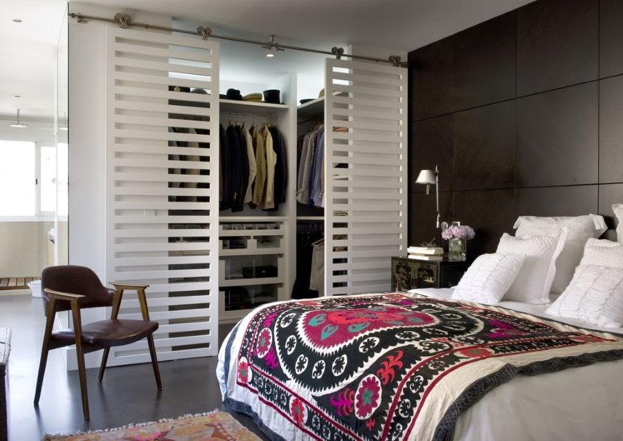 Portes coulissantes en treillis dans un intérieur de chambre