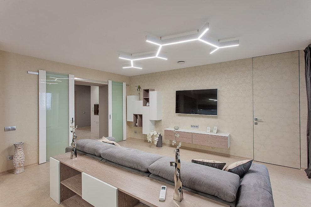 Lumières linéaires sur le plafond blanc du salon