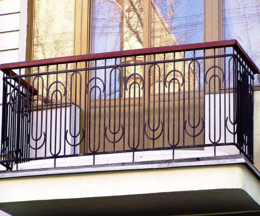 Garde-corps en treillis sur le balcon ouvert de l'appartement