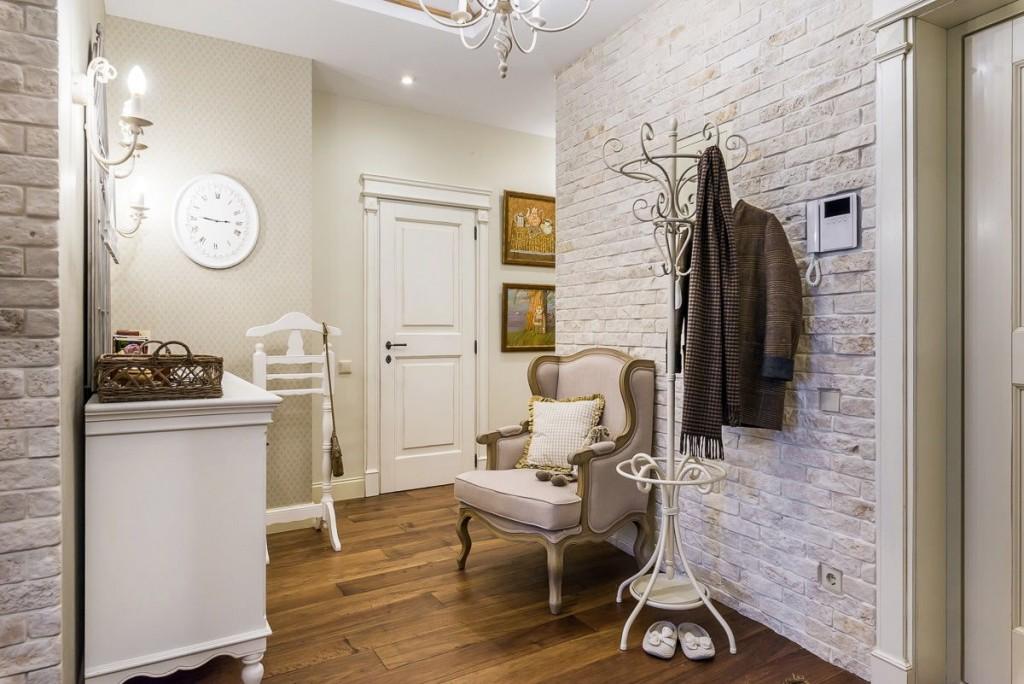 Meubles blancs dans le couloir de style classique