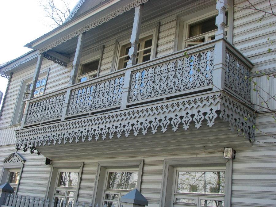 Beau balcon avec sculptures en bois