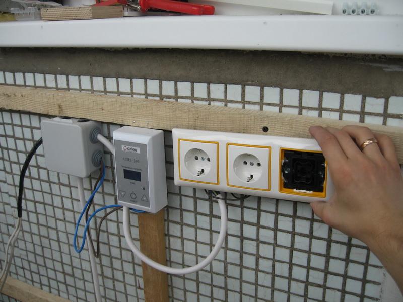 Installation de prises pour un sauna sur un mur de loggia