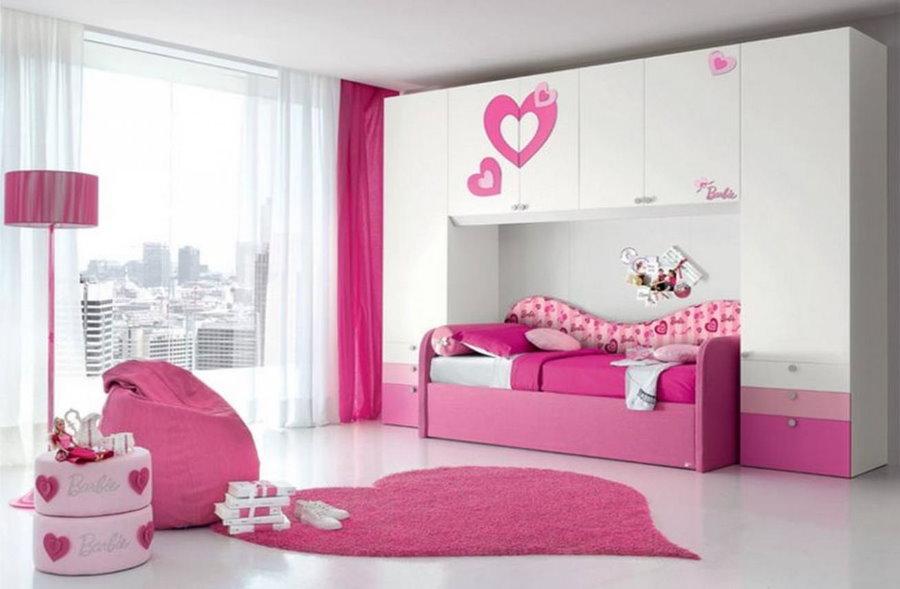 Lit rose dans la chambre d'une fille d'âge scolaire