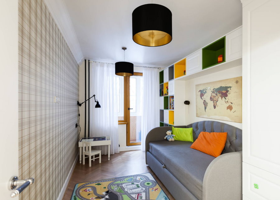 Canapé pliant gris dans un appartement de 2 pièces