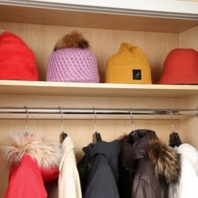 Rangement des chapeaux dans le couloir