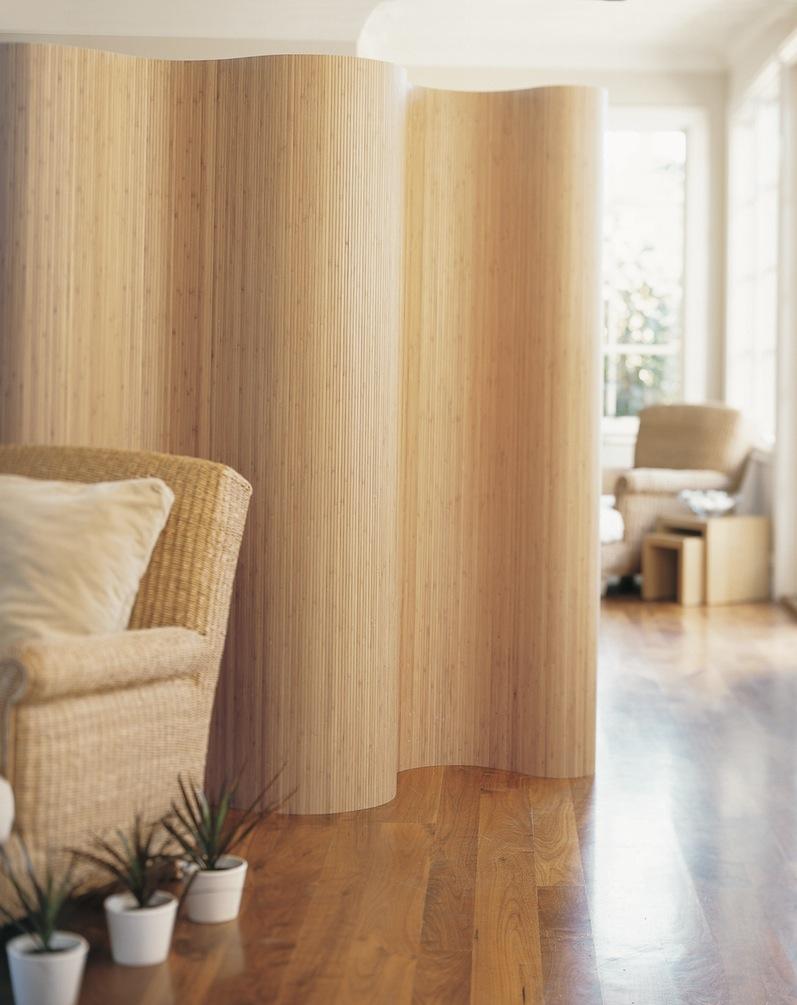 Paravent en bambou flexible dans un salon lumineux