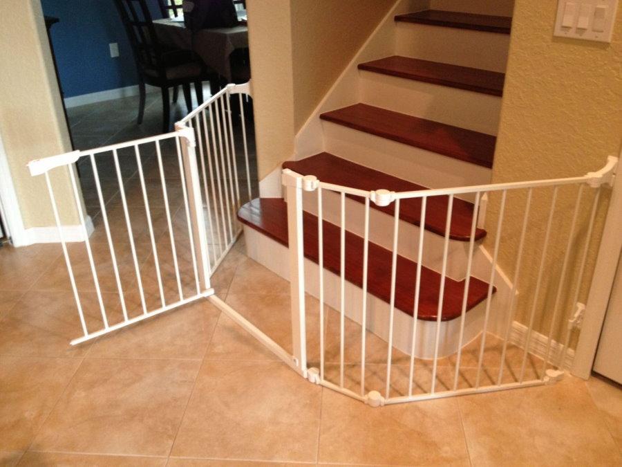 Paravent en plastique devant l'escalier menant au deuxième étage d'une maison privée