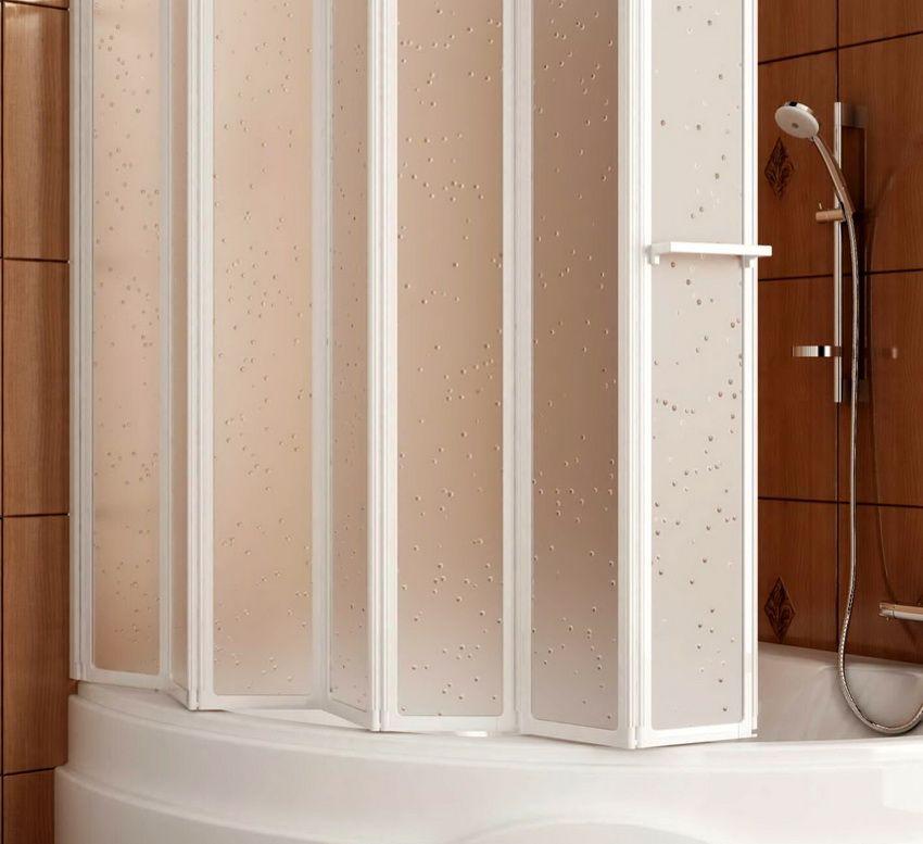 Paravent en plastique dans la salle de bain