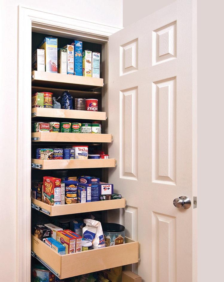 Placard de rangement avec des produits à l'intérieur du couloir