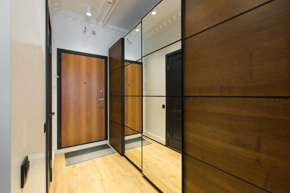 Portes combinées sur une armoire coulissante